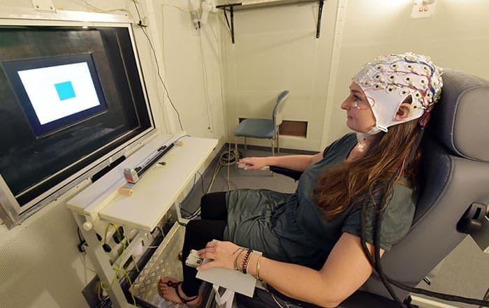 Hypnose-Forschung: Probandin im Laborversuch am EEG.