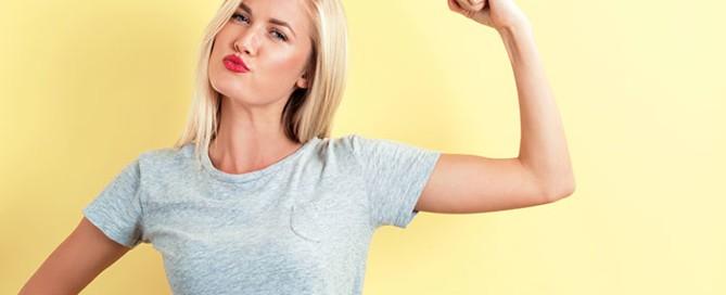 Selbstbewusste Frau zeigt Bizeps | Selbstvertrauen stärken | Reset Your Head